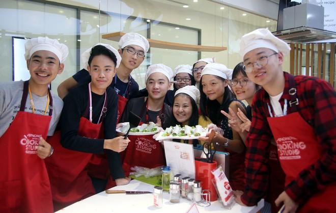 115 học sinh châu Á thích thú trổ tài làm món phở cuốn - Ảnh 1.