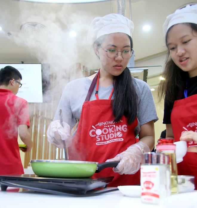 115 học sinh châu Á thích thú trổ tài làm món phở cuốn - Ảnh 2.