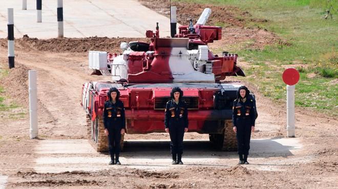 Ấn tượng kíp lái xe tăng nữ đầu tiên của Nga tại Tank Biathlon 2019 - Ảnh 1.