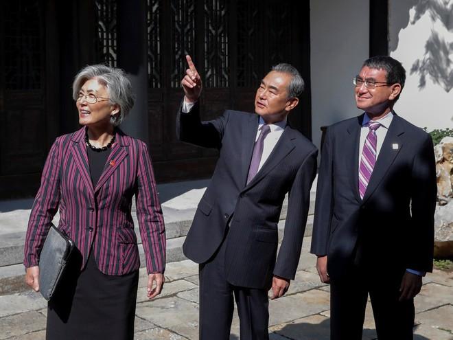 2 ông Tập-Vương đến Vạn Lý Trường Thành từ 2 hướng trong cùng 1 ngày, TQ muốn nói gì với Mỹ? - ảnh 1