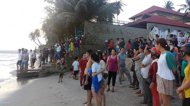 4 sinh viên TP.HCM bị sóng cuốn mất tích ở Bình Thuận - Ảnh 1.