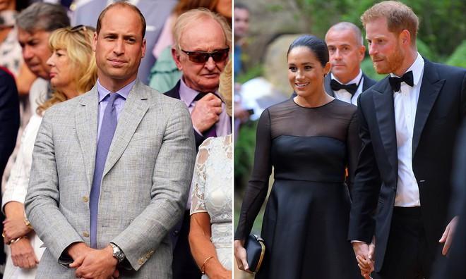 Rạn nứt hoàng gia mới: Hoàng tử William tỏ thái độ khó chịu trước một loạt lùm xùm của vợ chồng em trai Harry - Ảnh 1.