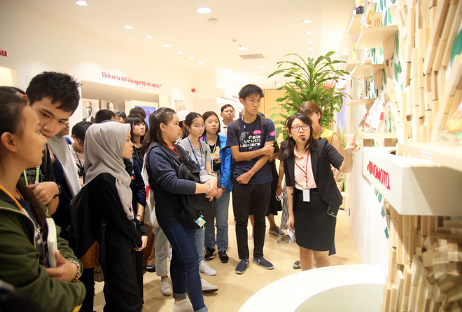 115 học sinh châu Á thích thú trổ tài làm món phở cuốn - Ảnh 5.