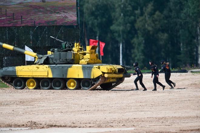 Ấn tượng kíp lái xe tăng nữ đầu tiên của Nga tại Tank Biathlon 2019 - Ảnh 7.