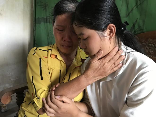 Nữ sinh nghèo phải cất giấy báo nhập học được lãnh đạo trường ĐH về tận nhà  đón ra trường nhập học - Ảnh 5.
