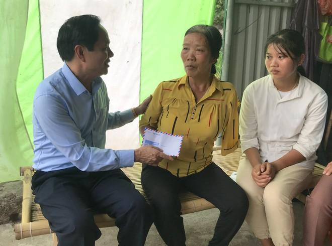 Nữ sinh nghèo phải cất giấy báo nhập học được lãnh đạo trường ĐH về tận nhà  đón ra trường nhập học - Ảnh 2.