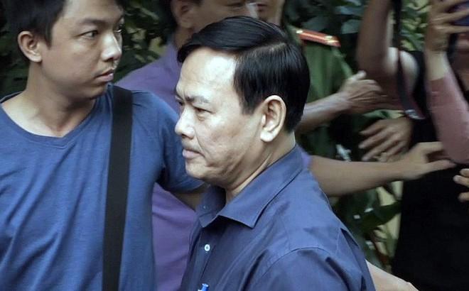 [VIDEO]: Bị cáo Nguyễn Hữu Linh trong vòng vây an ninh và báo chí khi tới cổng tòa