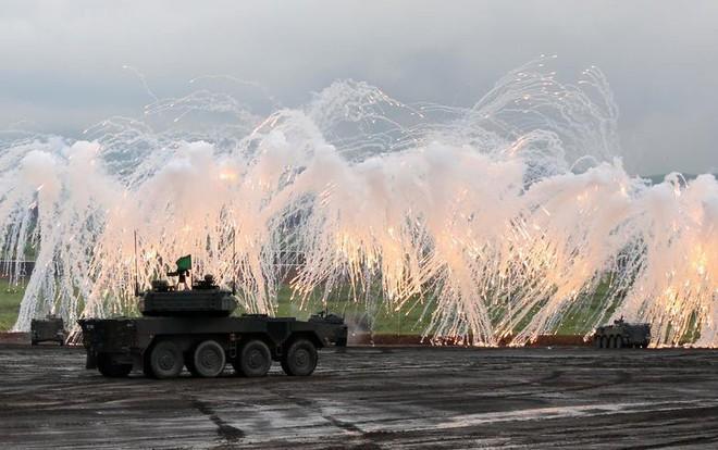 24h qua ảnh: Xe tăng của Lực lượng phòng vệ Nhật Bản phô diễn hỏa lực - Ảnh 4.