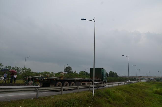 Luật sư, tài xế phản đối buổi thực nghiệm hiện trường vụ container tông xe Innova lùi trên cao tốc - Ảnh 1.