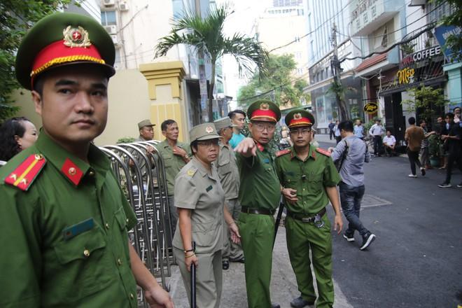 Xử sơ thẩm lần 2 vụ dâm ô bé gái trong thang máy: Ông Nguyễn Hữu Linh bình tĩnh tiến vào toà - Ảnh 2.