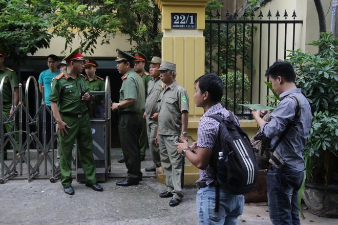 Xử sơ thẩm lần 2 vụ dâm ô bé gái trong thang máy: Ông Nguyễn Hữu Linh bình tĩnh tiến vào toà - Ảnh 3.
