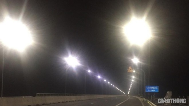Cây cầu gần 3.000 tỷ mất an toàn vì đèn chiếu sáng hoạt động nửa vời - Ảnh 3.