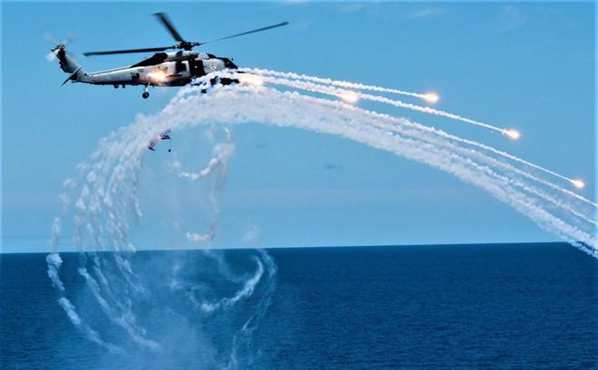 """""""Soi"""" sát thủ toàn năng Sikorsky MH-60R """"Diều hâu biển"""""""