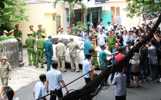 [VIDEO] Hàng chục cán bộ an ninh tạo rào chắn để ông Nguyễn Hữu Linh rời tòa
