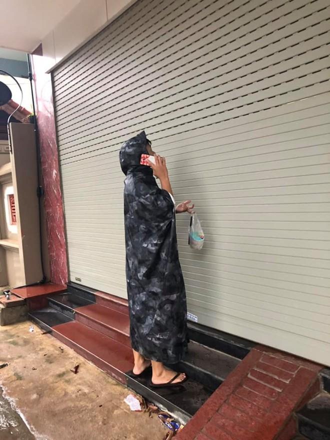 Đội mưa mang trà sữa cho bạn gái, chàng trai vẫn phải ôm mặt ngồi đợi cửa vì lý do khó hiểu - Ảnh 1.