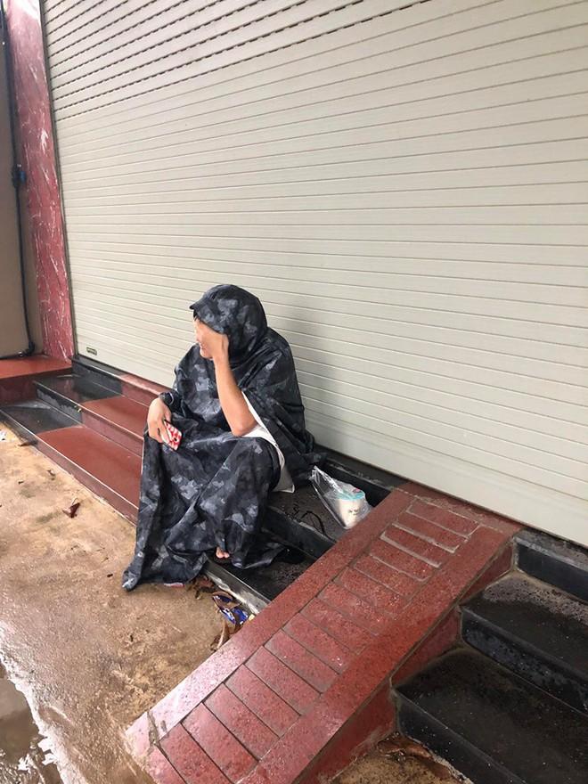 Đội mưa mang trà sữa cho bạn gái, chàng trai vẫn phải ôm mặt ngồi đợi cửa vì lý do khó hiểu - Ảnh 2.