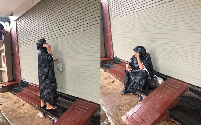 Đội mưa mang trà sữa cho bạn gái, chàng trai vẫn phải ôm mặt ngồi đợi cửa vì lý do khó hiểu