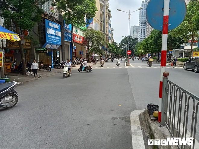 Xe chở rác chạy giờ cấm, tông chết cháu bé trên phố Hà Nội: Nhân chứng nói tài xế rời khỏi hiện trường - Ảnh 1.