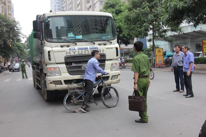 Xe chở rác chạy giờ cấm, tông chết cháu bé trên phố Hà Nội: Nhân chứng nói tài xế rời khỏi hiện trường - Ảnh 2.