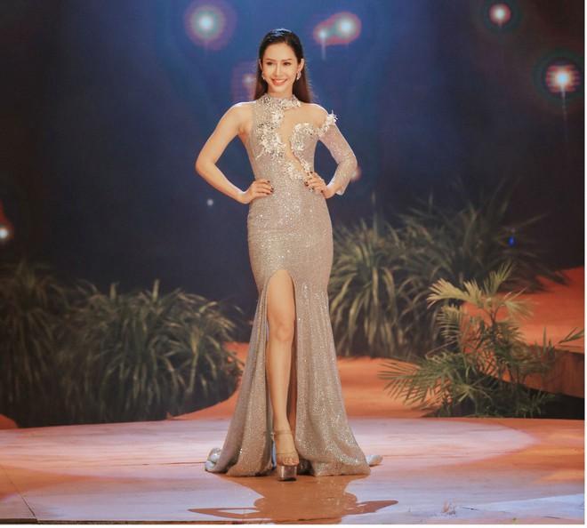 Kỳ Duyên - Minh Triệu mặc áo cưới đôi, nắm chặt tay nhau cùng catwalk - Ảnh 6.