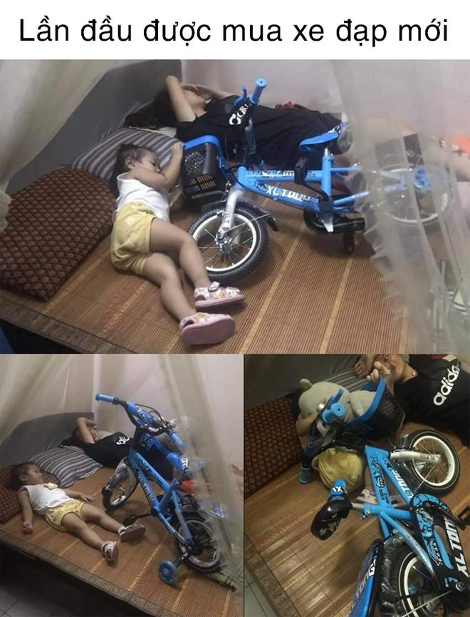Được mua xe đạp mới, em bé xách lên giường ngủ cùng, tay vẫn giữ chặt không rời - ảnh 1