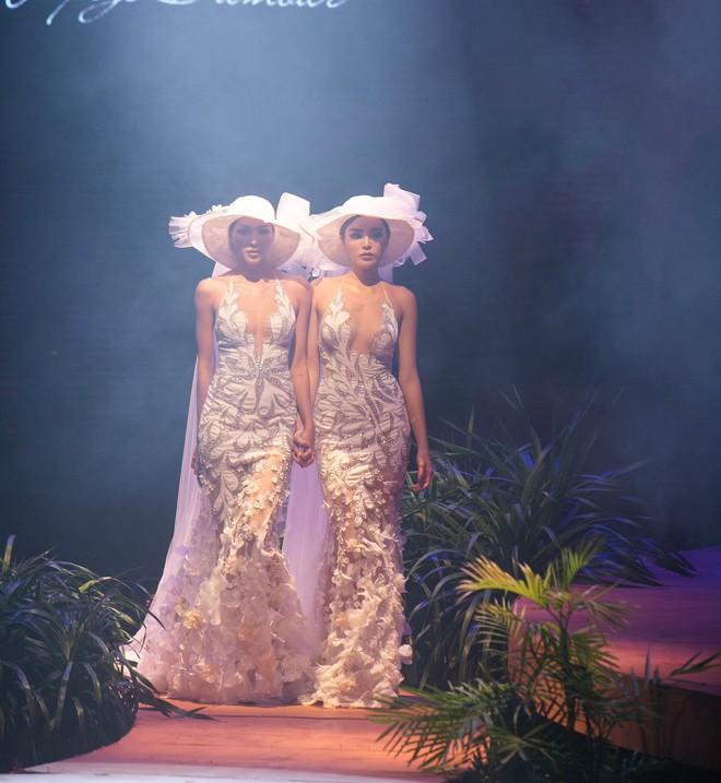 Kỳ Duyên - Minh Triệu mặc áo cưới đôi, nắm chặt tay nhau cùng catwalk - Ảnh 2.