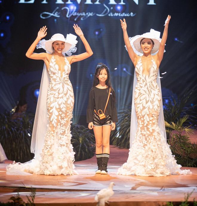Kỳ Duyên - Minh Triệu mặc áo cưới đôi, nắm chặt tay nhau cùng catwalk - Ảnh 4.