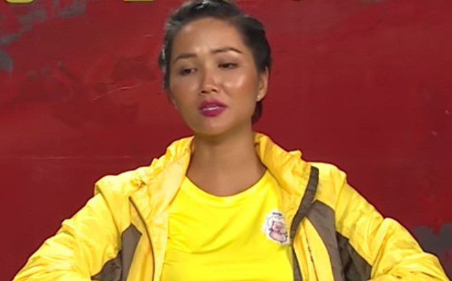 Cuộc đua kỳ thú: Hoa hậu H'Hen Niê đau đớn vì bị đuổi khỏi quán cà phê