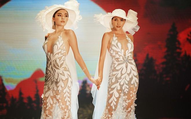 Kỳ Duyên - Minh Triệu mặc áo cưới đôi, nắm chặt tay nhau cùng catwalk
