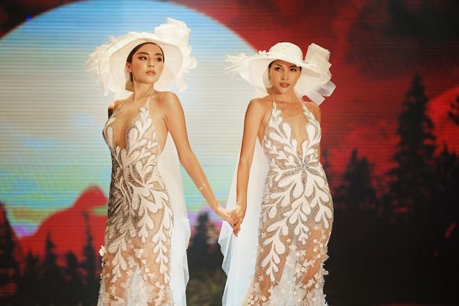 Kỳ Duyên - Minh Triệu mặc áo cưới đôi, nắm chặt tay nhau cùng catwalk - Ảnh 3.