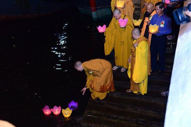 Xôn xao vụ 30.000 hoa đăng thả xuống vịnh Lan Hạ gây ô nhiễm - Ảnh 2.