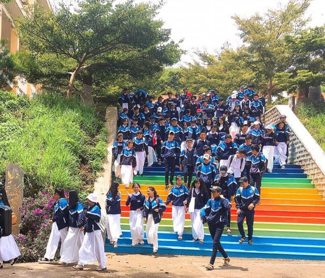Phạt nhóm học sinh sơn cầu thang, sản phẩm của các em khiến nhà trường quyết đầu tư lớn - ảnh 2