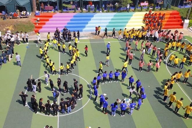 Phạt nhóm học sinh sơn cầu thang, sản phẩm của các em khiến nhà trường quyết đầu tư lớn - ảnh 13