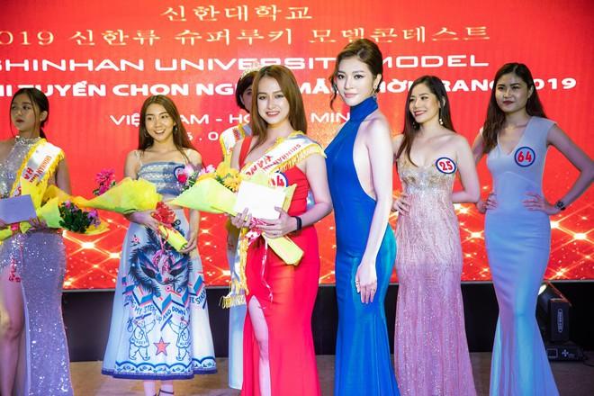 Hoa hậu Thiên Hương khoe da trắng, lưng trần quyến rũ - Ảnh 9.