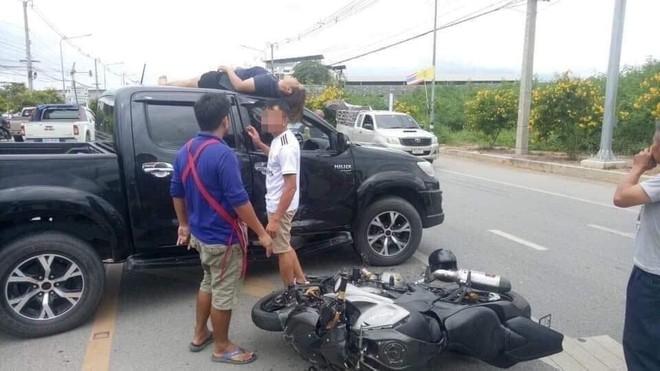 Bị tai nạn, người phụ nữ vẫn nằm nguyên trên nóc ô tô selfie với hiện trường - Ảnh 1.