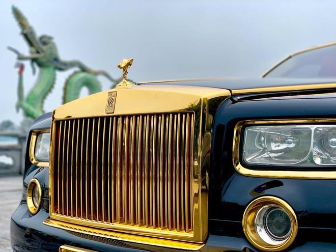 Chiếc Rolls-Royce Phantom rồng vàng phiên bản giới hạn lăn bánh gần 10 năm vẫn siêu đẹp - Ảnh 2.