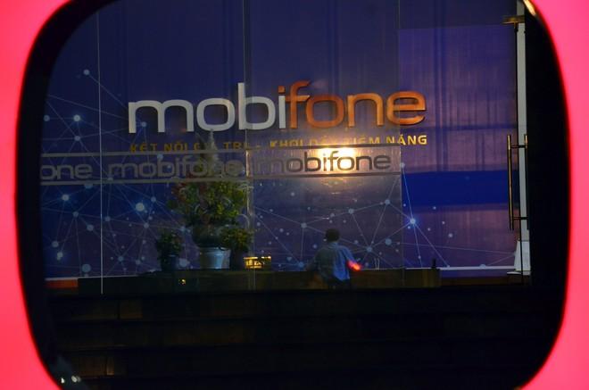 Công an, cán bộ VKS xuất hiện tại trụ sở MobiFone - Ảnh 6.