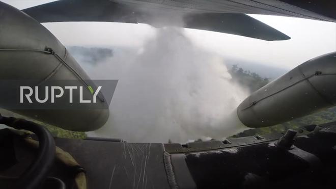 Tận mắt xem vận tải cơ Brazil phun nước dập lửa cứu rừng Amazon - Ảnh 2.