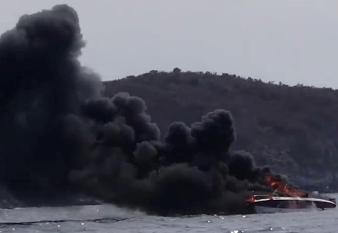 Cháy ca nô trên vịnh Nha Trang, hai thuyền viên bị bỏng - Ảnh 2.