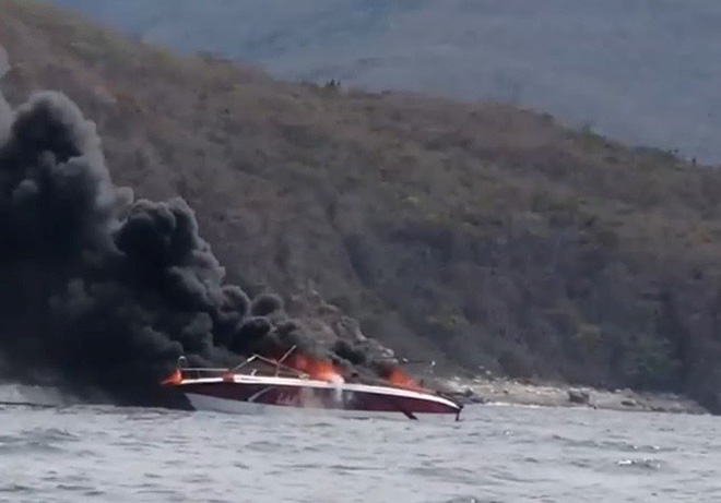 Cháy ca nô trên vịnh Nha Trang, hai thuyền viên bị bỏng - Ảnh 3.