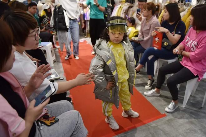 Nghề người mẫu nhí ở Trung Quốc: Bố mẹ lấy cớ trau dồi sự tự tin nhưng vô tình trở thành kẻ bạo hành, biến con thành cỗ máy kiếm tiền - Ảnh 3.