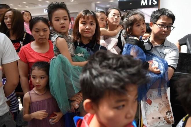 Nghề người mẫu nhí ở Trung Quốc: Bố mẹ lấy cớ trau dồi sự tự tin nhưng vô tình trở thành kẻ bạo hành, biến con thành cỗ máy kiếm tiền - Ảnh 9.