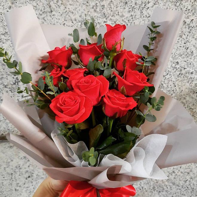 Sinh nhật nhận bó hoa bí hiểm, tưởng ai đó đùa ác nhưng chân tướng sự việc khiến người phụ nữ òa khóc - Ảnh 1.