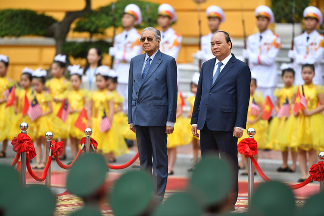 Toàn cảnh lễ đón Thủ tướng Malaysia 94 tuổi thăm chính thức Việt Nam - Ảnh 1.