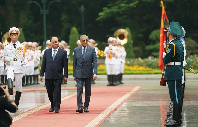 Toàn cảnh lễ đón Thủ tướng Malaysia 94 tuổi thăm chính thức Việt Nam - Ảnh 2.