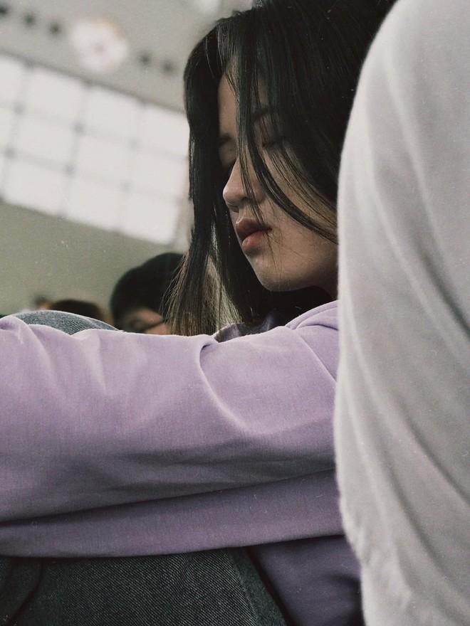 Bị bạn thân chụp trộm cảnh ngủ gật, nữ sinh bỗng nổi 'như cồn' vì quá đáng yêu - ảnh 1