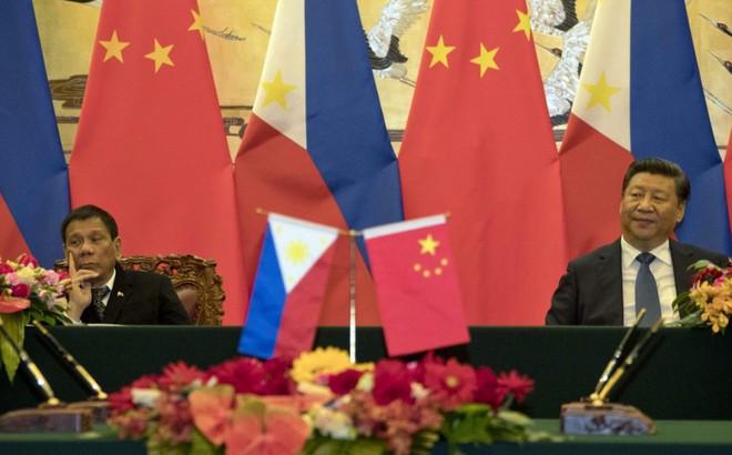 """Hé lộ tình tiết TT Duterte """"phủ đầu"""" ông Tập ở Đại lễ đường nhân dân về vụ kiện biển Đông, làm cả đoàn TQ ngỡ ngàng"""