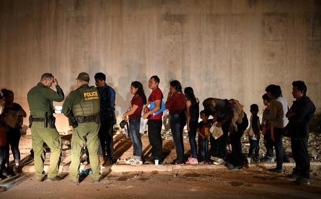 19 bang và WDC kiện Tổng thống Trump về quy định bắt giữ người nhập cư