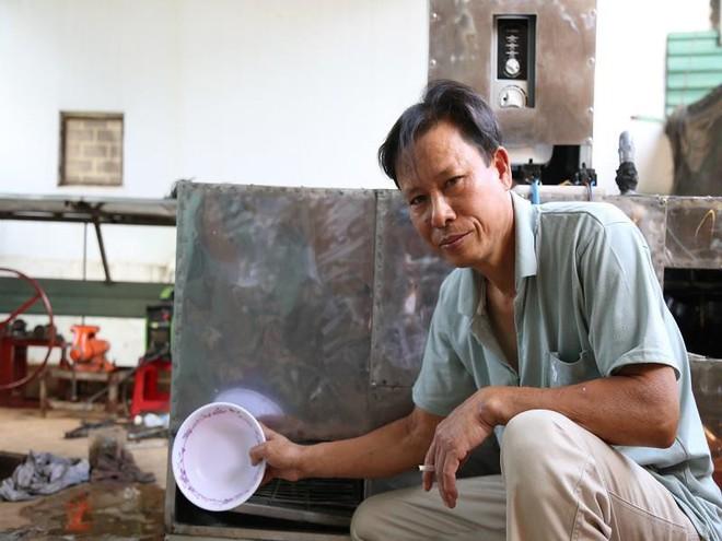 Bác nông dân Tây Nguyên chế tạo máy rửa chén công nghiệp - Ảnh 3.