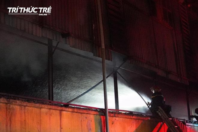 Toàn cảnh vụ cháy Công ty Bóng đèn phích nước Rạng Đông nhìn từ Flycam - Ảnh 4.